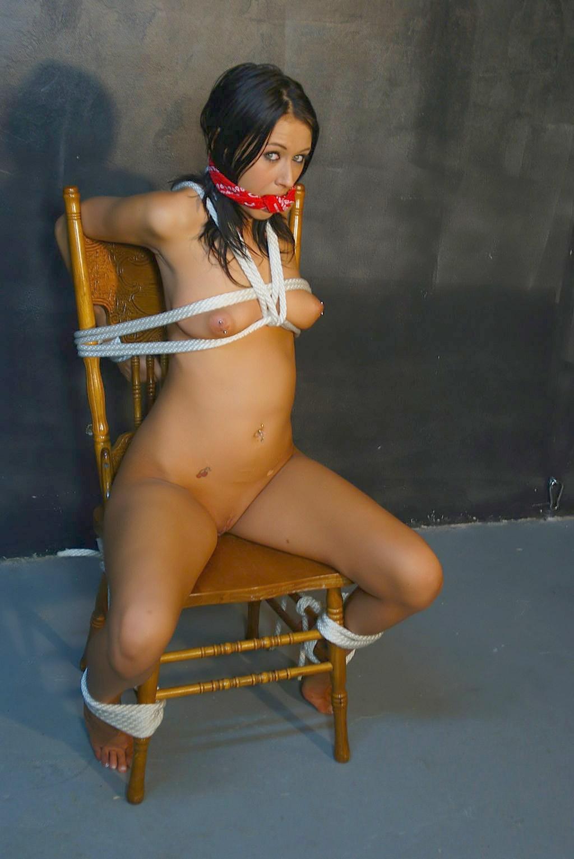 Связанная голая женщина на стуле 5 фотография