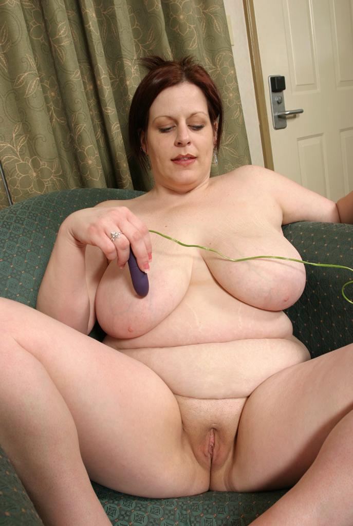 Пожилая женщина с огромной грудью