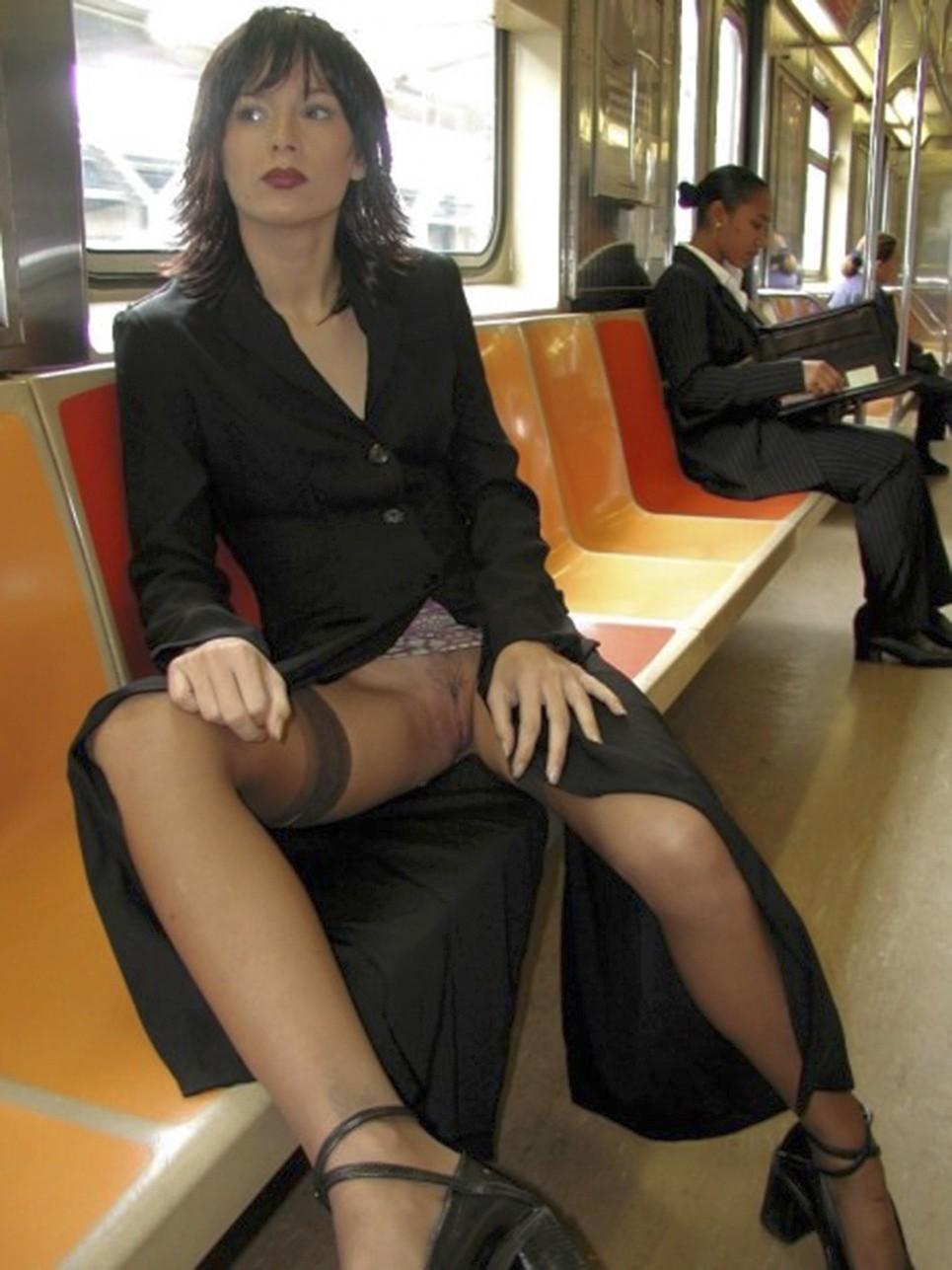 Фото засветы под юбкой в транспорте фото