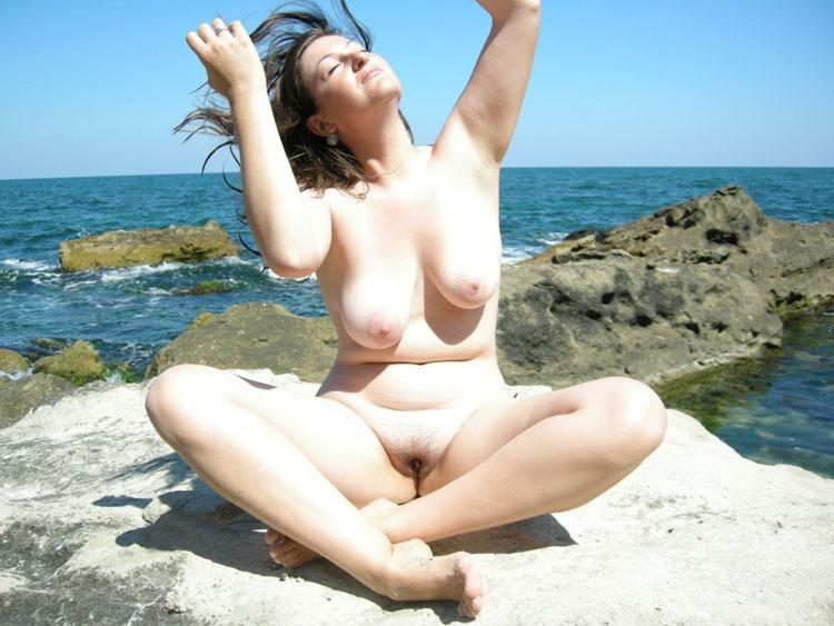 singer sunbathing nearly nude jpg 1500x1000