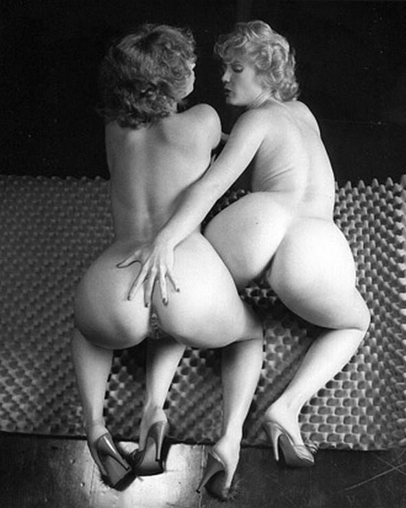 Черно-белые фото сделаны давным-давно и на них запечатлены голые принцессы