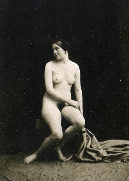 Сидящая голая толстушка. ретро порно бесплатно Старое фото.