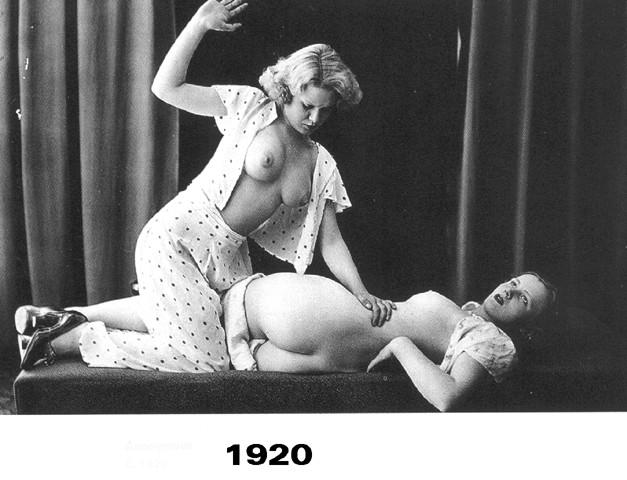 Две женщины, одна шлепает другую. Время создания: 1920. Стиль, направлени