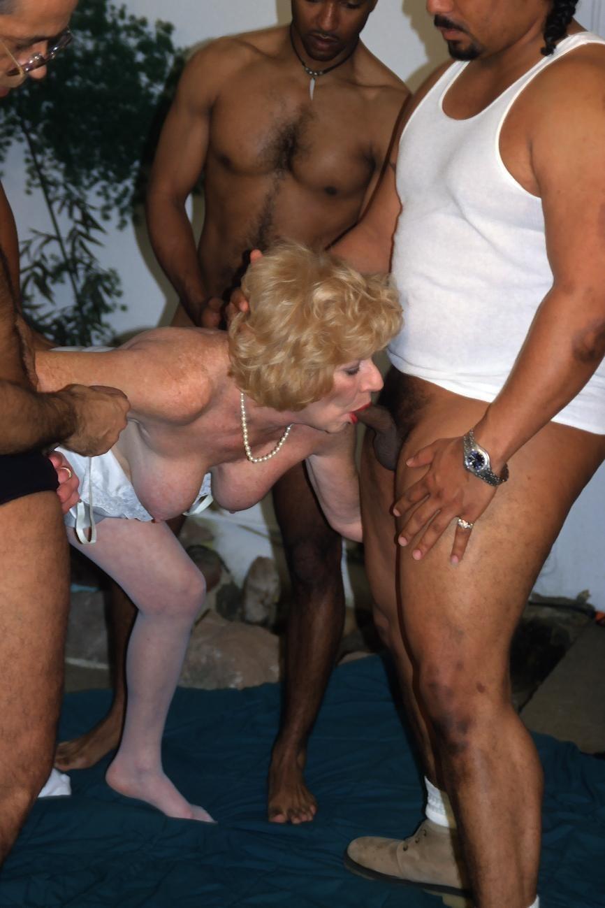 Развратная бабушка хочет секса 16 фотография