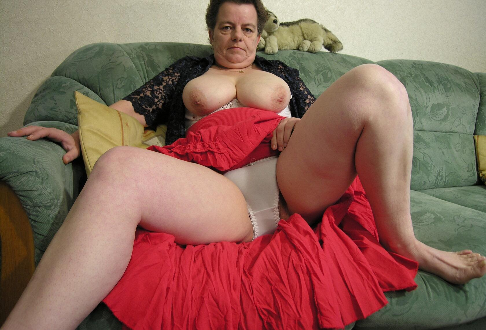 Подглядывание под юбку бабушки