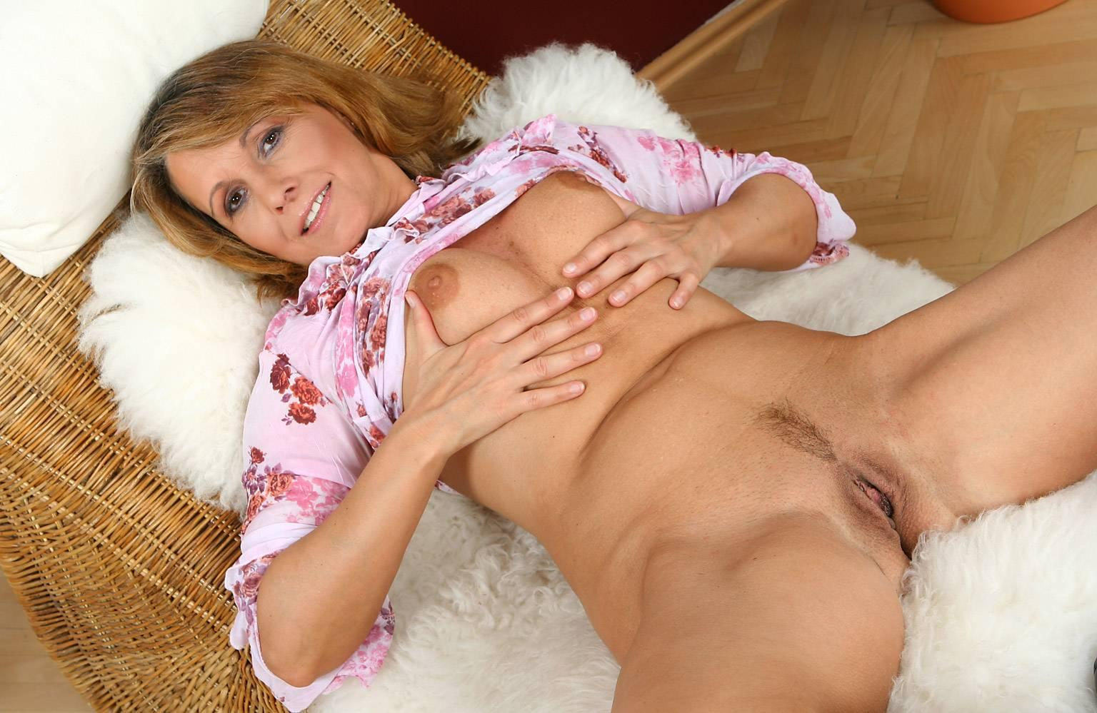Mature Hotties: http://galleries1.adult-empire.com/6471/405341/2666/