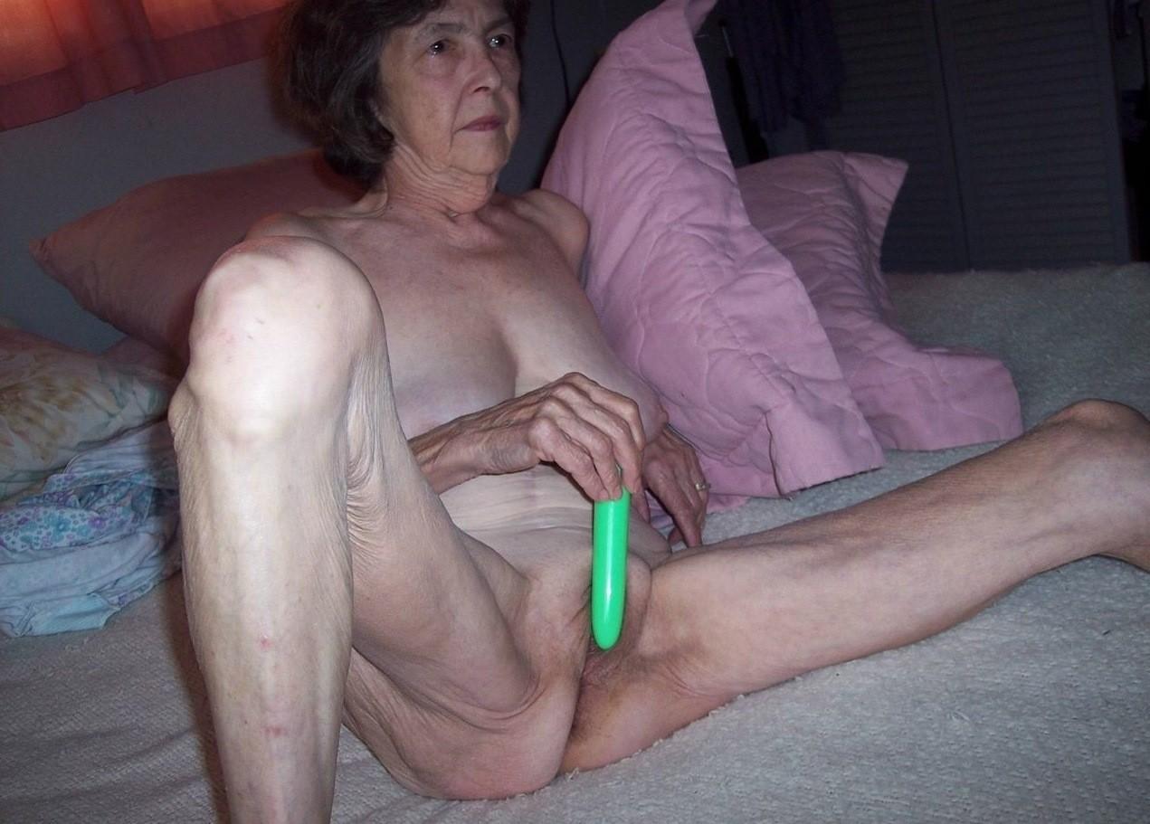 Деревенская бабушка дрочит свою манду