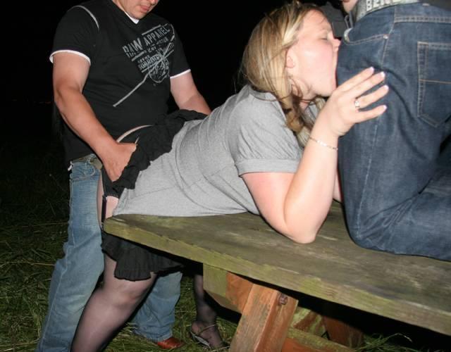 Молоденькая шлюшка обслуживает в сауне троих взрослых мужиков. Жесткий сек