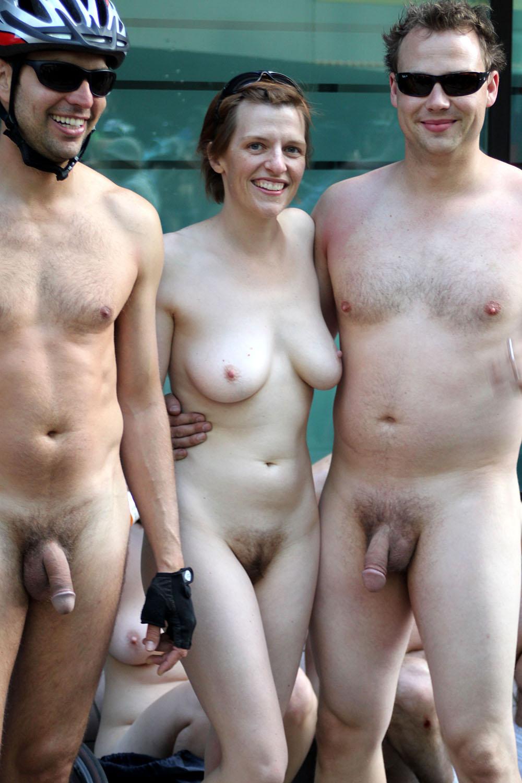 Фото голого парня и одетых девок 16 фотография