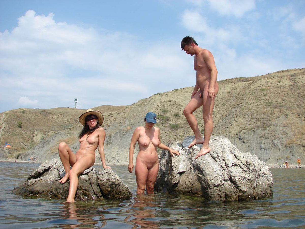 Семья на нудистском пляже фото 1 фотография